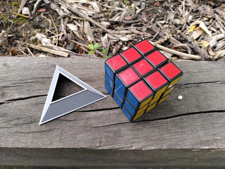 rubiksCubeWithGlobStand